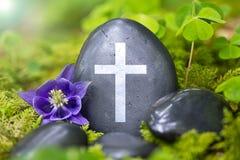 Piedra negra con una cruz Imágenes de archivo libres de regalías