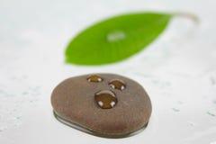 Piedra para el balneario con tres gotas Imagen de archivo libre de regalías