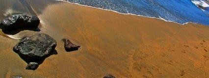 Piedra por la playa Foto de archivo libre de regalías