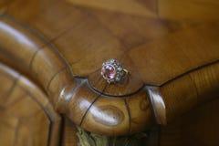 Piedra preciosa y anillo de diamantes rosados antiguos imagenes de archivo