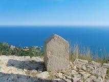 Piedra rectangular en la playa Letojanni Sicilia Italia Foto de archivo