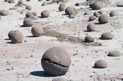 Piedra redonda con una grieta imagenes de archivo