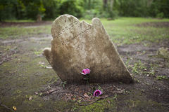 Piedra sepulcral antigua con el sitio para el nombre Fotos de archivo