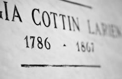 Piedra sepulcral con las fechas Imagen de archivo