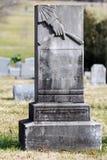 Piedra sepulcral en blanco con la mano señalada abajo Fotos de archivo libres de regalías