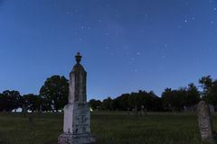 Piedra sepulcral grande, vieja en un cementerio en la noche Fotografía de archivo libre de regalías