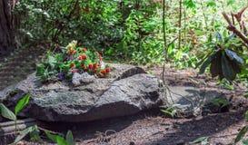 Piedra sepulcral gris grande Imagenes de archivo