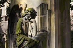 Piedra sepulcral gritadora del organista del ángel en el cementerio de Malostransky, Praga, República Checa Imágenes de archivo libres de regalías