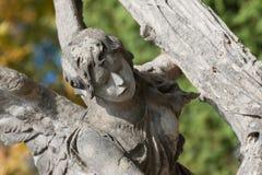 Piedra sepulcral un ángel con una cruz Imágenes de archivo libres de regalías