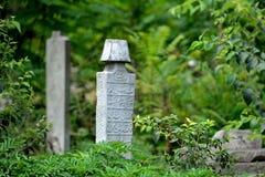 Piedra sepulcral vieja islámica en el campo Fotos de archivo