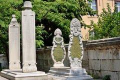 Piedra sepulcral vieja islámica en medio los árboles Imagen de archivo