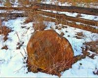 Piedra sitiada por la nieve Imágenes de archivo libres de regalías