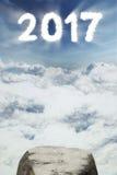 Piedra vacía con el número 2017 en el cielo Imagen de archivo