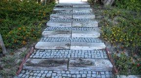 Piedra y escaleras al aire libre de madera en el parque foto de archivo libre de regalías