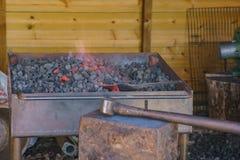 Piedra y fuego en la granja antigua educativa de Butser imágenes de archivo libres de regalías
