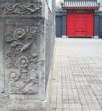 Piedra y puerta talladas Fotos de archivo libres de regalías