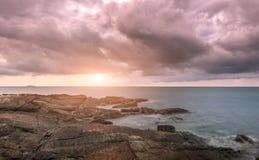 Piedra y roca del mar en tiempo de la salida del sol Imagen de archivo