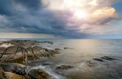 Piedra y roca del mar en tiempo de la salida del sol Fotos de archivo