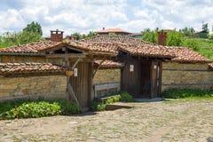 Piedra y teja en la arquitectura balcánica Fotografía de archivo