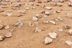 Piedras acentuadas en la arena Imagenes de archivo
