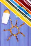 Piedras ambarinas en la forma del sol y de los accesorios para las vacaciones, tiempo de verano Imagen de archivo libre de regalías