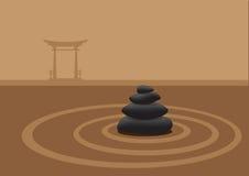 Piedras apiladas en jardín de la arena delante del japonés tradicional G Fotos de archivo libres de regalías