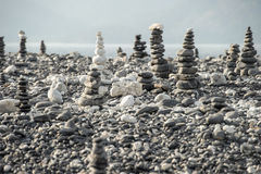 Piedras apiladas en un fondo de la playa y del mar Imagenes de archivo