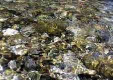 Piedras bajo el agua imagenes de archivo