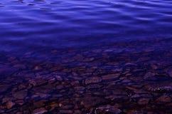Piedras bajo el agua Foto de archivo
