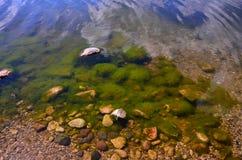 Piedras bajo el agua Fotografía de archivo