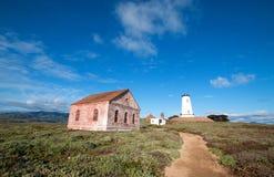 Piedras Blancas灯塔和红砖墙的雾信号大厦在中央加利福尼亚沿岸航行在圣西梅昂加利福尼亚北部 免版税库存照片