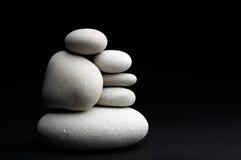Piedras blancas contra fondo negro Foto de archivo