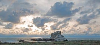 Piedras Blancas punkt på solnedgången på den centrala Kalifornien kustnorden av San Simeon California Royaltyfri Fotografi