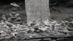 Piedras budistas del rezo a lo largo de caminar las trayectorias en Nepal El emigrar en el Himalaya metrajes