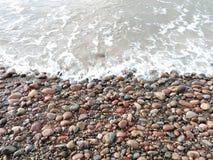 Piedras coloridas en la costa de mar, Lituania Foto de archivo