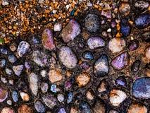 Piedras coloridas mezcladas en un día lluvioso Imágenes de archivo libres de regalías
