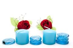 Piedras de cristal azules con las velas y las rosas Fotografía de archivo libre de regalías