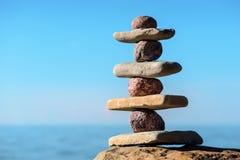 Piedras de equilibrio en la costa Imágenes de archivo libres de regalías