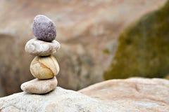 Piedras de equilibrio en un canto rodado grande foto de archivo libre de regalías