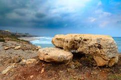 Piedras de la dolomía en la costa costa de la isla de Creta, Grecia fotos de archivo libres de regalías