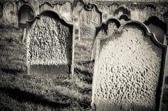 Piedras de la tumba en el cementerio de Whitby durante la noche en North Yorkshire, Reino Unido Su atracción como destino turísti Fotografía de archivo libre de regalías