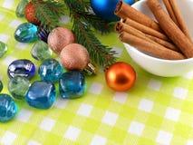 Piedras de las chucherías del canela de la decoración de la Navidad en fondo amarillo Imágenes de archivo libres de regalías