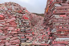 Piedras de Mani con el mantra budista OM Mani Padme Hum grabado en tibetano en Yushu, China Fotos de archivo libres de regalías