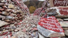 Piedras de Mani con el mantra budista OM Mani Padme Hum grabado en tibetano en Yushu, China Fotos de archivo