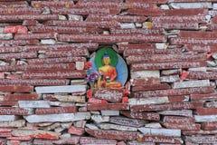 Piedras de Mani con el mantra budista OM Mani Padme Hum grabado en tibetano en Yushu, China Imagenes de archivo