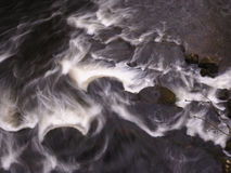 Piedras de molino en el río Derwent en Matlock Fotografía de archivo