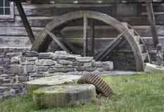 Piedras de molino y rueda de molino viejas imagenes de archivo