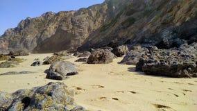 Piedras de rocas en la costa atl?ntica del oeste de Portugal almacen de metraje de vídeo