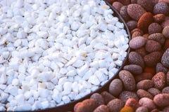 Piedras decorativas blancas y rojas, luz de la mañana Imagen de archivo libre de regalías