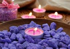 Piedras decorativas y velas Imágenes de archivo libres de regalías